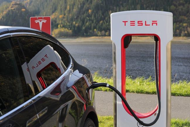 Tesla ferme ses concessionnaires